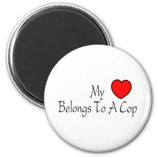 Mi corazón pertenece a un poli imán redondo 5 cm