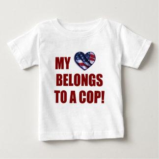 Mi corazón pertenece a un poli tshirts