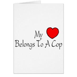 Mi corazón pertenece a un poli tarjeta de felicitación