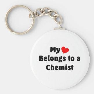 Mi corazón pertenece a un químico llavero redondo tipo pin