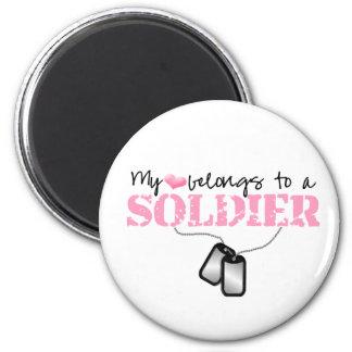 Mi corazón pertenece a un soldado imán de frigorifico