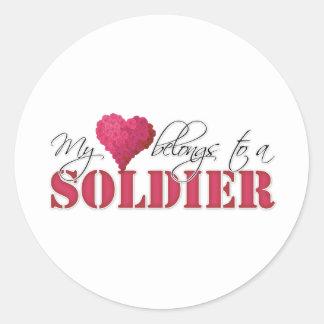 Mi corazón pertenece a un soldado pegatina redonda