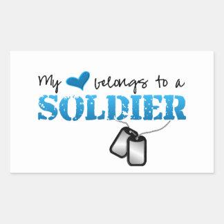 Mi corazón pertenece a un soldado pegatina rectangular