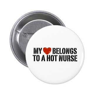Mi corazón pertenece a una enfermera caliente pin redondo de 2 pulgadas