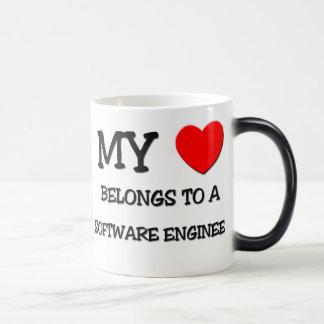 Mi corazón pertenece a una SOFTWARE ENGINEER Tazas De Café