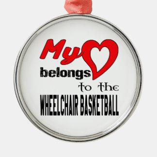 Mi corazón pertenece al baloncesto de silla de adorno redondo plateado
