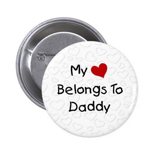 Mi corazón rojo pertenece al papá pin redondo de 2 pulgadas