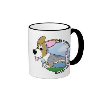 Mi Corgi Galés de la rebeca ama la taza de la agil