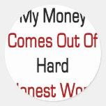 Mi dinero sale del trabajo honesto duro pegatina redonda