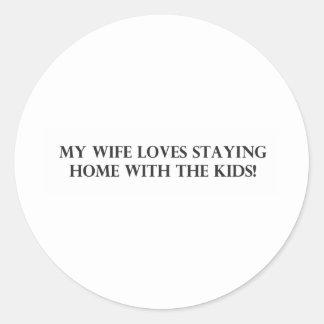 Mi esposa ama el permanecer casera con el Kids.pdf Pegatina Redonda