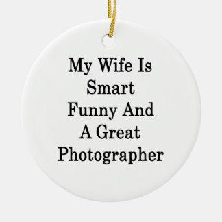 Mi esposa es divertida elegante y gran fotógrafo adorno redondo de cerámica