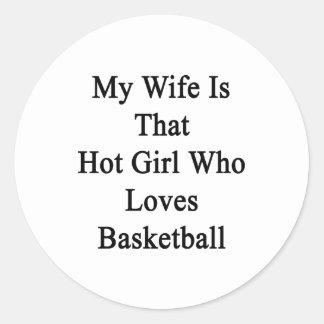 Mi esposa es ese chica caliente que ama baloncesto pegatina redonda