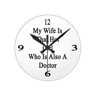 Mi esposa es ese chica caliente que es también doc reloj redondo mediano