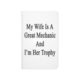 Mi esposa es gran mecánico y soy su trofeo cuaderno grapado