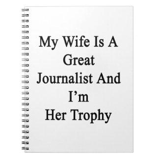 Mi esposa es gran periodista y soy su trofeo spiral notebook