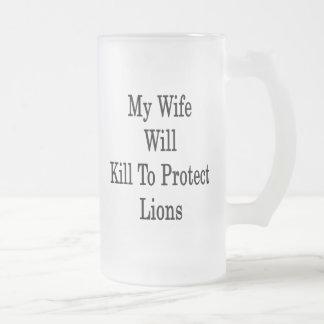 Mi esposa matará para proteger leones taza de cristal