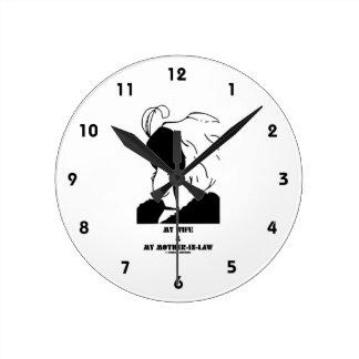Mi esposa y mi suegra (ilusión óptica) reloj redondo mediano