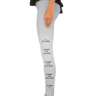 Mi extremo de los retrocesos de la hija en leggings