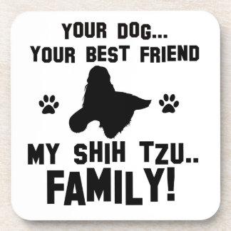 Mi familia del tzu de shih, su perro apenas un posavasos de bebida