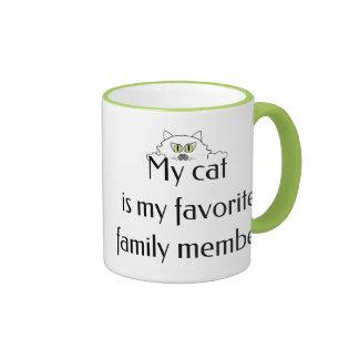 Mi gato es mi miembro de la familia preferido taza de dos colores