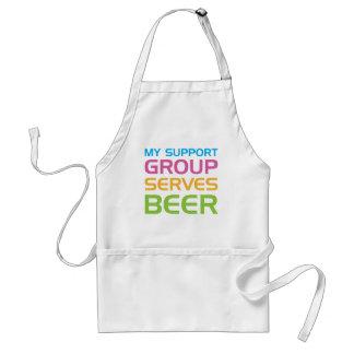 Mi grupo de ayuda sirve la cerveza delantal