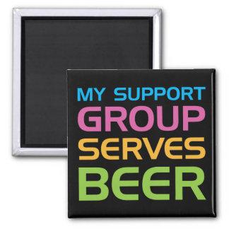 Mi grupo de ayuda sirve la cerveza imán cuadrado