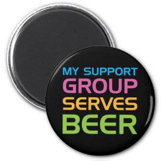 Mi grupo de ayuda sirve la cerveza imán redondo 5 cm