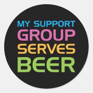 Mi grupo de ayuda sirve la cerveza pegatina redonda