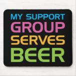 Mi grupo de ayuda sirve la cerveza tapetes de raton