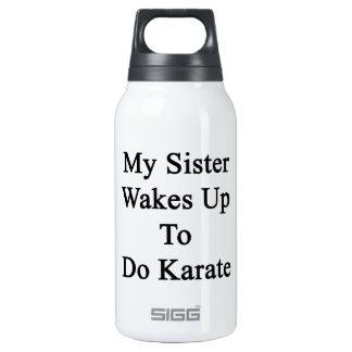 Mi hermana despierta para hacer karate