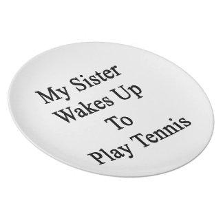 Mi hermana despierta para jugar a tenis platos