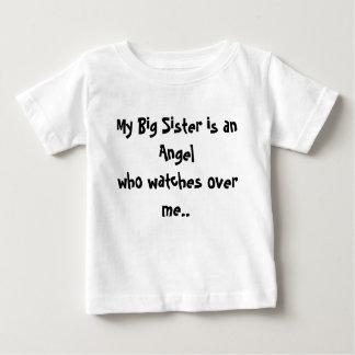 Mi hermana grande es vigilar de un Angelwho mí. Playera De Bebé