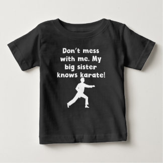 Mi hermana grande sabe karate playera para bebé