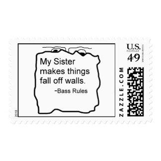 Mi hermana hace caída de las cosas del regalo del sellos