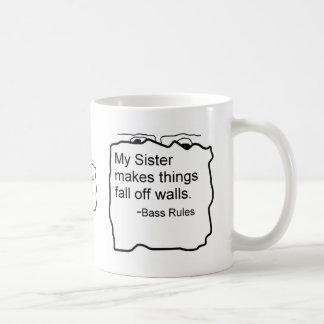 Mi hermana hace caída de las cosas del regalo del  taza