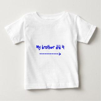 Mi hermano lo hizo -----------> playera para bebé