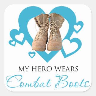 Mi héroe lleva botas de combate pegatina cuadrada