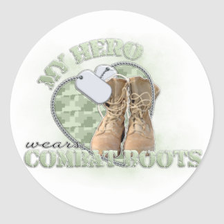 Mi héroe lleva botas de combate pegatina redonda