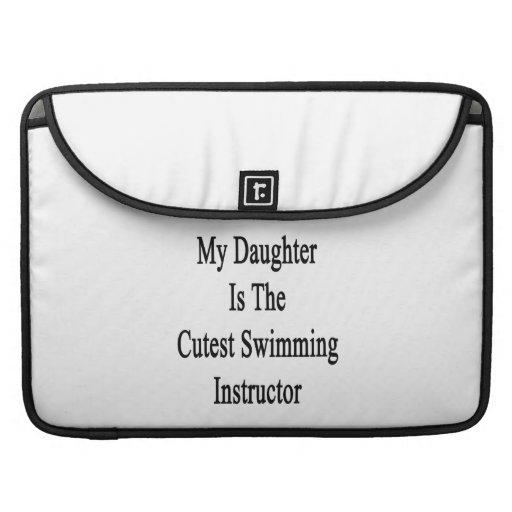 Mi hija es el instructor más lindo de la natación fundas para macbooks