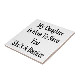 Mi hija está aquí ahorrarle que ella es un azulejo cuadrado pequeño