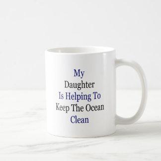 Mi hija está ayudando a mantener el océano limpio tazas de café