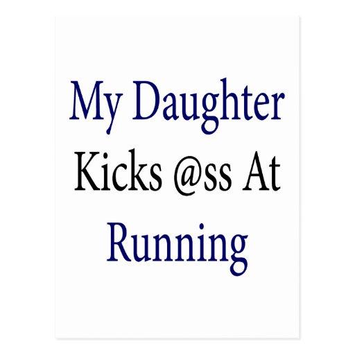 Mi hija golpea el asno con el pie en el funcionami tarjetas postales