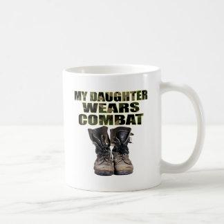 Mi hija lleva botas de combate taza de café