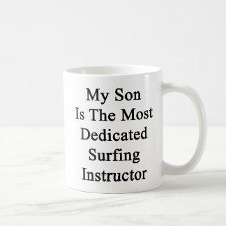 Mi hijo es el instructor que practica surf más taza de café