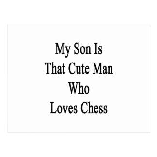 Mi hijo es ese hombre lindo que ama ajedrez tarjeta postal