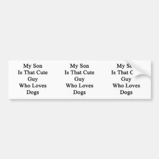 Mi hijo es ese individuo lindo que ama perros etiqueta de parachoque