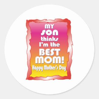 Mi hijo piensa que soy la mejor mamá pegatina redonda
