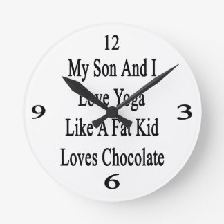 Mi hijo y yo amamos yoga como los amores Chocol de Reloj Redondo Mediano