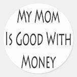 Mi mamá es buena con el dinero pegatina redonda