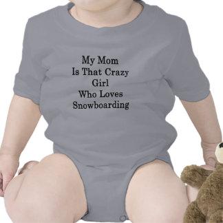 Mi mamá es ese chica loco que ama snowboard camiseta
